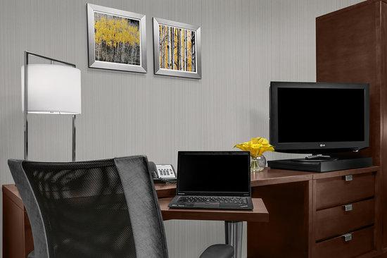 Courtyard New York Manhattan/Upper East Side: Guestroom Desk