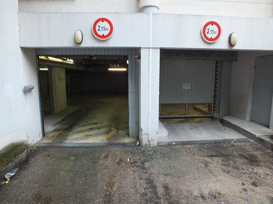 Villa Bellagio - Marne la Vallee : Should come with a 15 certificate. Bloody scary garage.