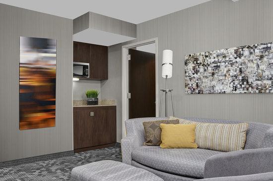 Courtyard New York Manhattan/Upper East Side: Suite Livingroom