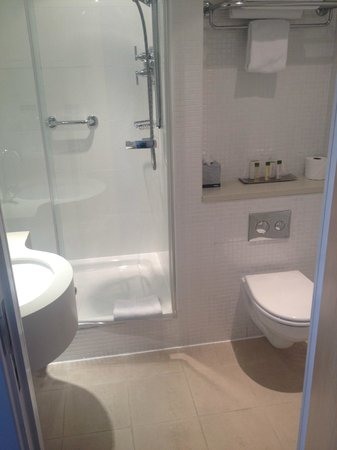 DoubleTree by Hilton Manchester Piccadilly: shower room