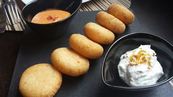 Metro Bistro - Templo de Debod: Arepas con 2 salsas (romescubde maní y queso y lima)