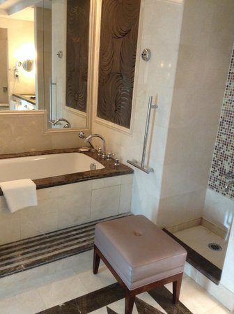 Raffles Makkah Palace: Bath and adjacent is the ablution area