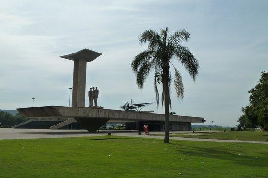 Monumento Nacional aos Mortos da Segunda Guerra Mundial: Etwas kalt und abweisend