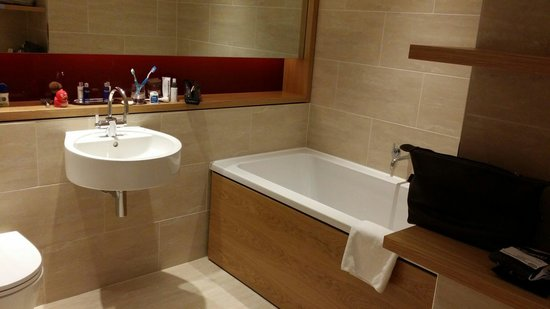 Apex Temple Court Hotel: Bathroom with double ended bath