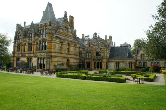 Ettington Park Hotel: Beautiful manicured Gardens in Jacobean style