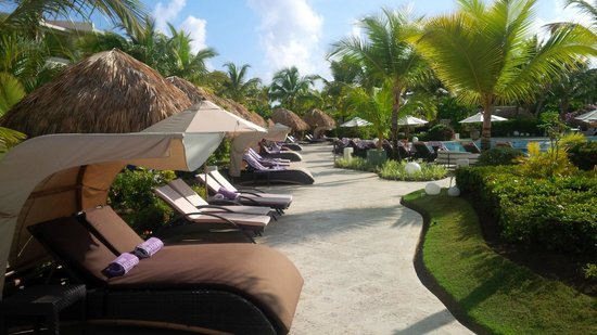 The Reserve at Paradisus Punta Cana : canapy beds by pool area