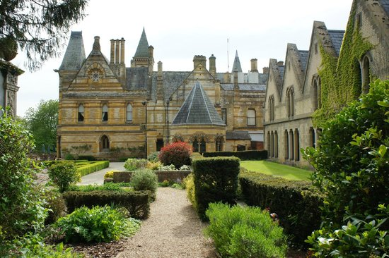 Ettington Park Hotel: Looking back to the Hotel stunning