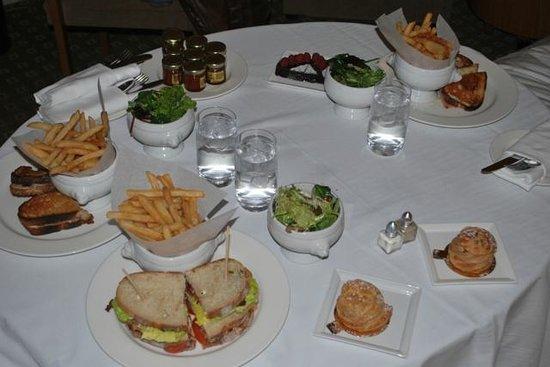 Sofitel Montréal Le Carré Doré : Room service après une bonne journée de marche avec enfant en bas âge, plutôt réconfortant ;-)