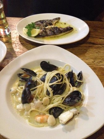 Seahorse Seafood Bistro and Restaurant: Grilled sea bass&bream and mixed seafood spaghetti