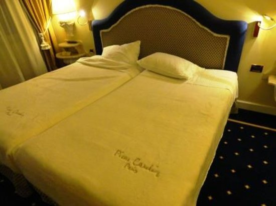 Royal Olympic Hotel: the bed