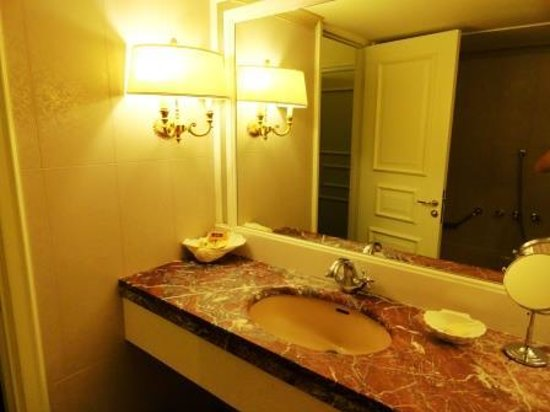 Royal Olympic Hotel: the bathroom