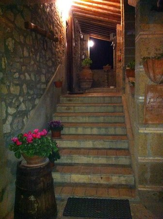 La Terrazza : ingresso principale del casale