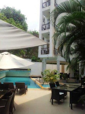 LivingRoom by Seasons: Poolside Restaurant