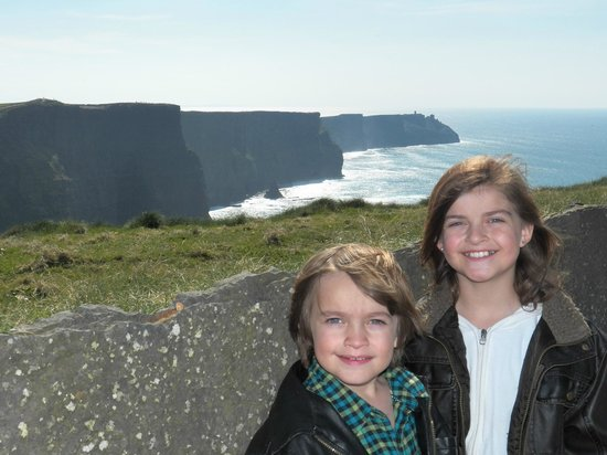 Barratt Tours : Sarah and Sean on the Cliffs of Moher