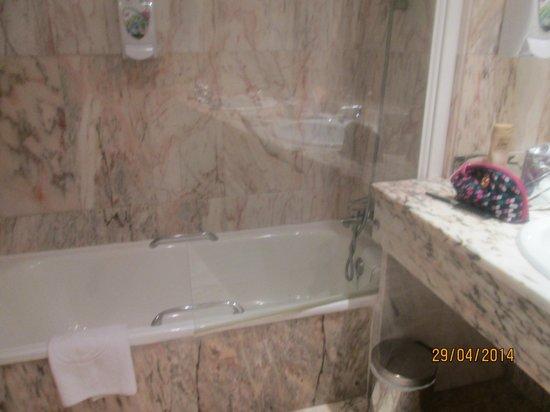 Salles Hotel Malaga Centro : Gorgeous large bathroom