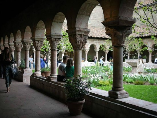 The Met Cloisters: 回廊の様子