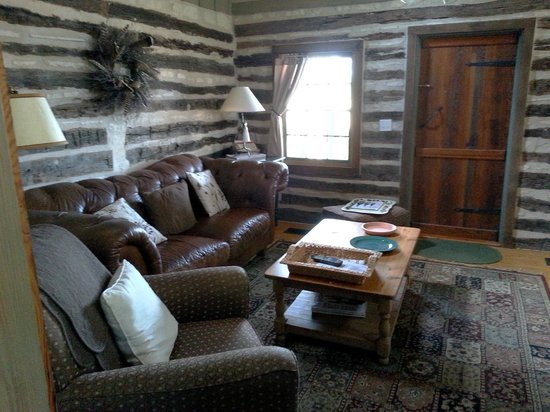 The Bed and Breakfast on Knopp School Road: Carson cabin living room