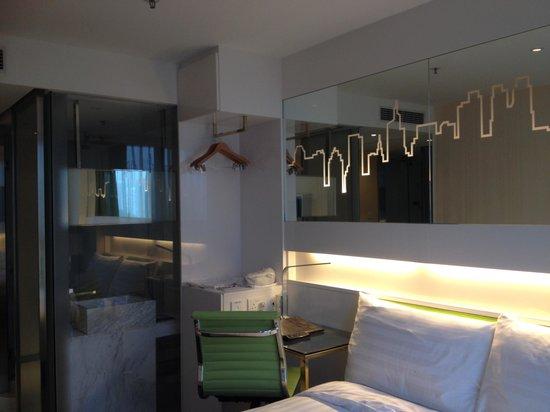 Dorsett Tsuen Wan, Hong Kong: Not a big room but very comfortable!!!!