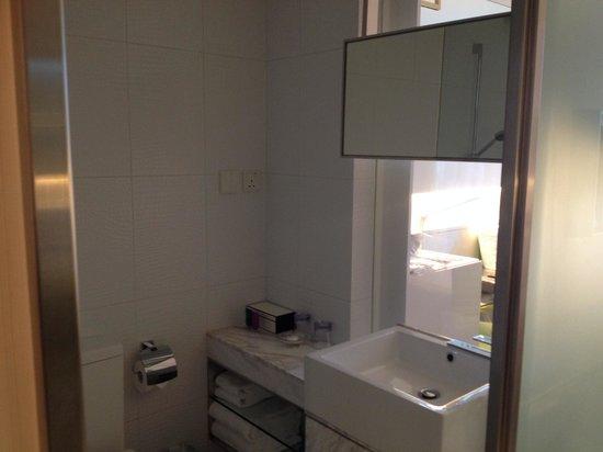 Dorsett Tsuen Wan, Hong Kong: Very clean and spacious comfort room!!!! Spotless clean!!!!!