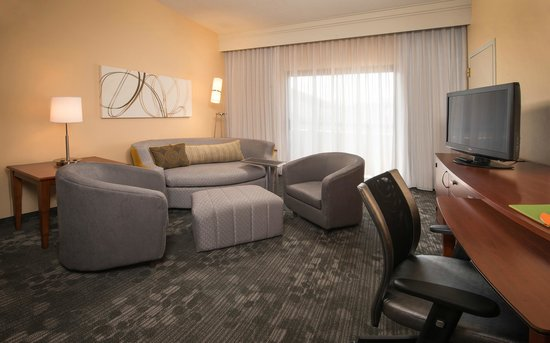 Courtyard by Marriott New Carrollton Landover: Suite Sitting Area