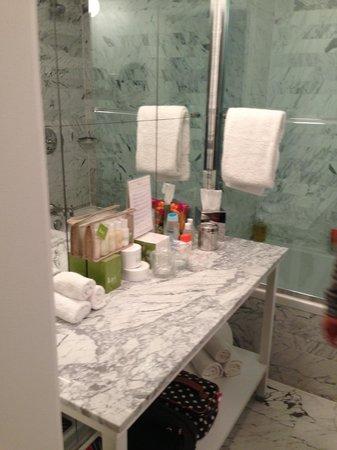 Viceroy Santa Monica: Baño de habitación standard. Un poco molesto que pongan en el baño amenidades que cobran aparte.