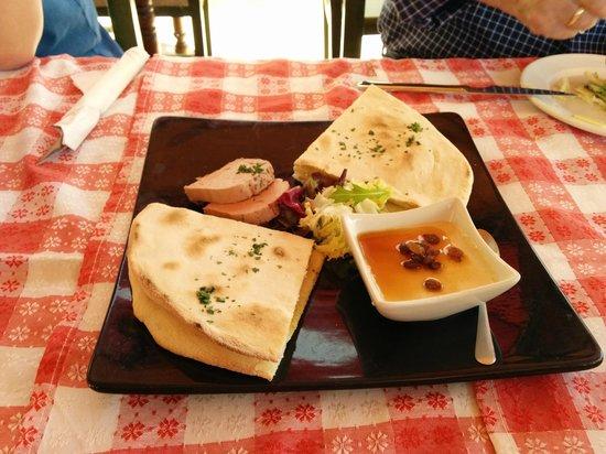 Pizzeria Mamma Bohemia: Entrada focaccia con pate y foie