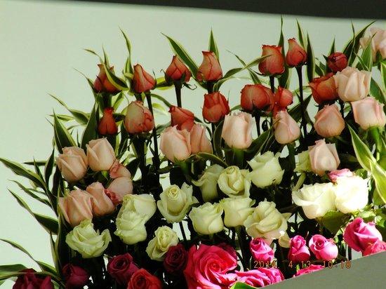 Mercure Hotel Alameda: El hotel está lleno de arreglos florales con rosas frescas