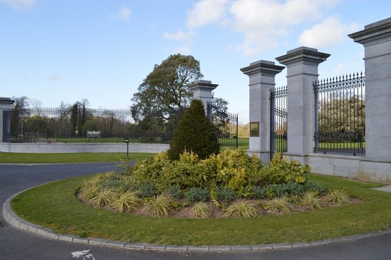 Adare Manor Hotel & Golf Resort: Entrance gate
