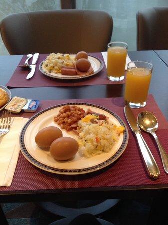 Dorsett Tsuen Wan, Hong Kong: The breakfast buffet is filling!!!! Same menu as silka fareast( their sister hotel), yum yum yum