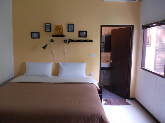 The Reef Hotel: King size bed