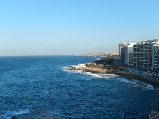 Sliema Chalet Hotel: Utsikt från strandpromenaden