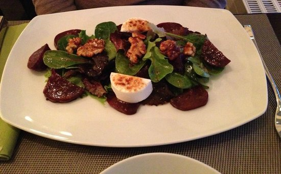 Urbano : Starter - Salad with beetroot, goat cheese and walnuts