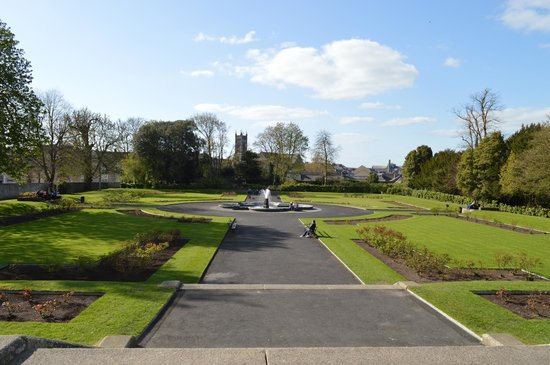 Kilkenny Castle: Garden on the back side of the castle.
