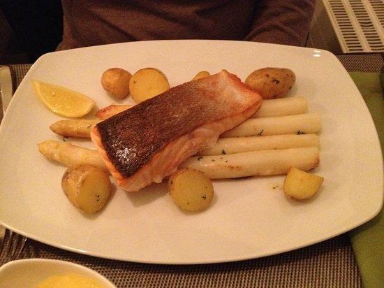 Urbano: Main course - Salmon on a bed of asparagus and potatoes