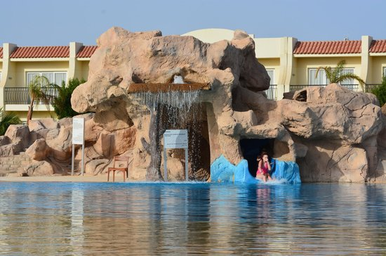Hilton Sharks Bay Resort: Pool slide and water fall.