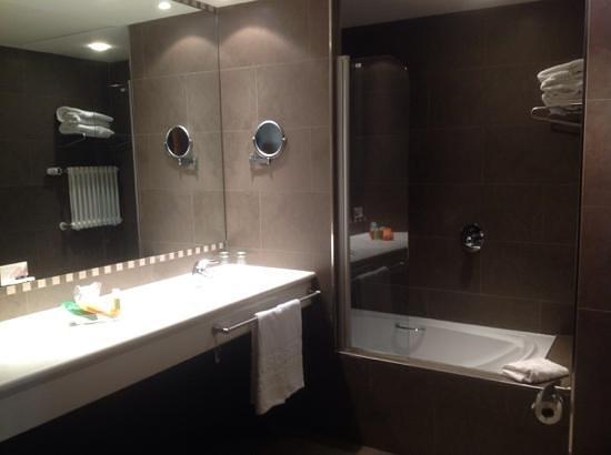 NH Hesperia Andorra La Vella: ванная комната