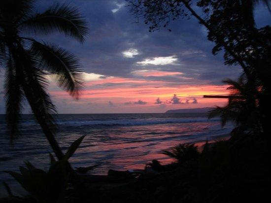 La Pina Lodge B&B: Sunset in LaPiña