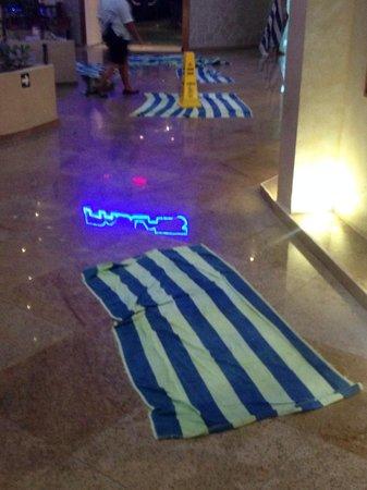 Great Parnassus Family Resort: Apenas llueve el personal del hotel corre a desplegar toallas para los goteras por doquier...