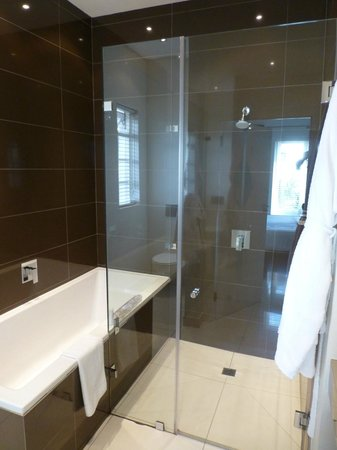Villa Zest Boutique Hotel: The shower and bathtub
