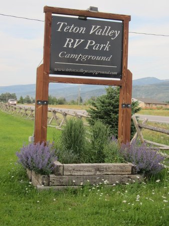 Teton Valley RV Park: Front Sign to TetonValley RV Park