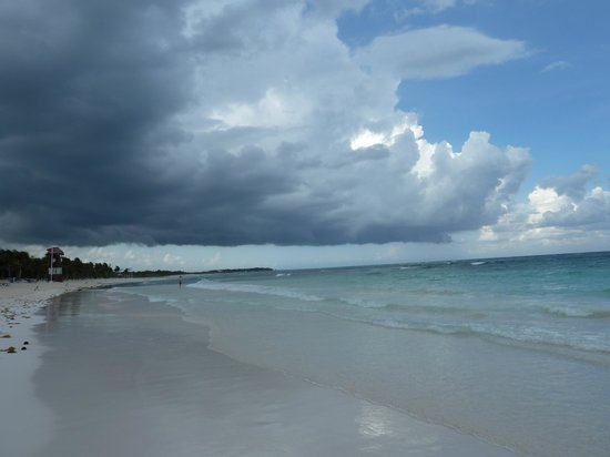 Grand Palladium Colonial Resort & Spa : stormy beach