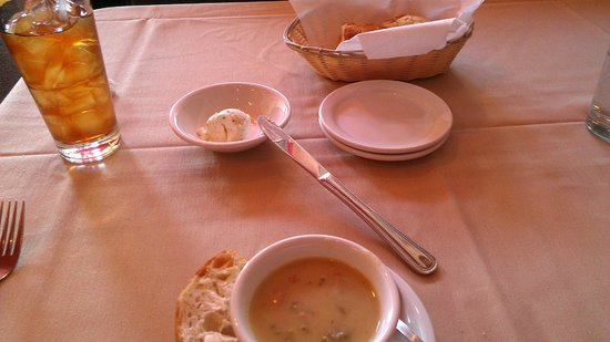 Red Raven Restaurant : Soup or salad and bread