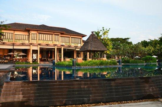 Asara Villa & Suite: Pool and Hauptrestaurant