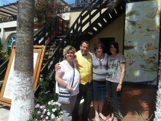 Hotel Paradis Palace: Avec Ihmed, qui nous a gentiment servi notre déjeuner malgré nos 10 min de retard à cause du bus