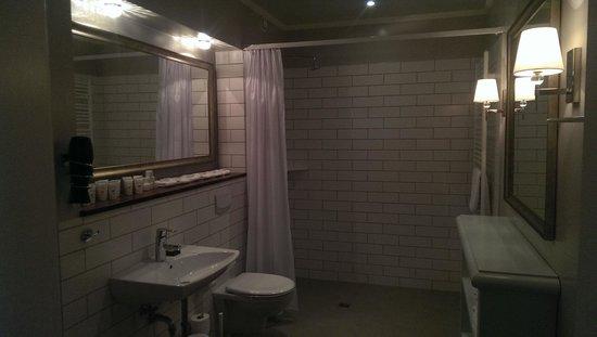 Reykjavik Residence Hotel: huge bathroom