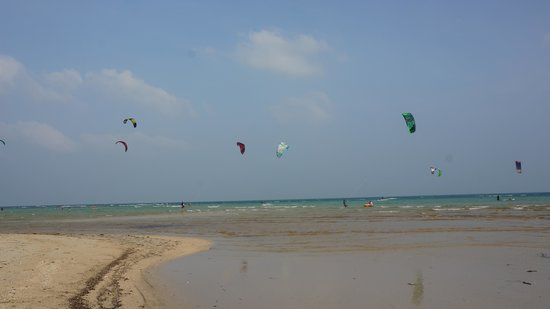 Shiva Samui: Kitesurfers on our beach
