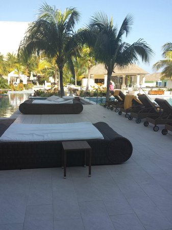 Iberostar Grand Hotel Rose Hall : pool beds and loungers