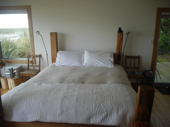 Curio Bay Accommodation : Comfy bed in Beachhouse Apartment