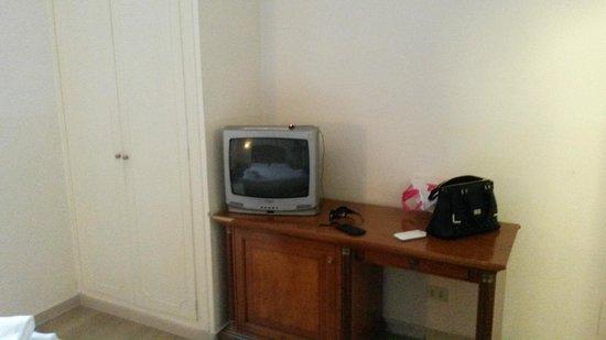 Hotel Center 1 : Telewizor i biurko w pokoju...