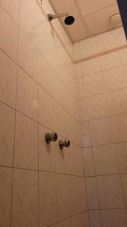 Hotel Center 1 : Prysznic w łazience...